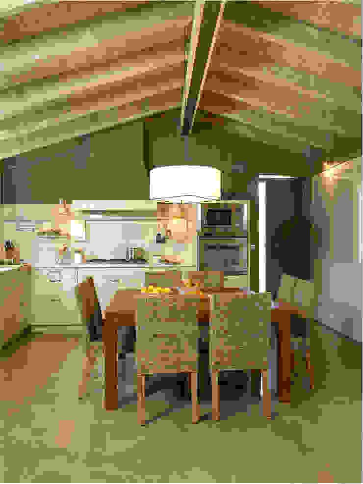 Un amplio office central Cocinas de estilo rústico de DEULONDER arquitectura domestica Rústico