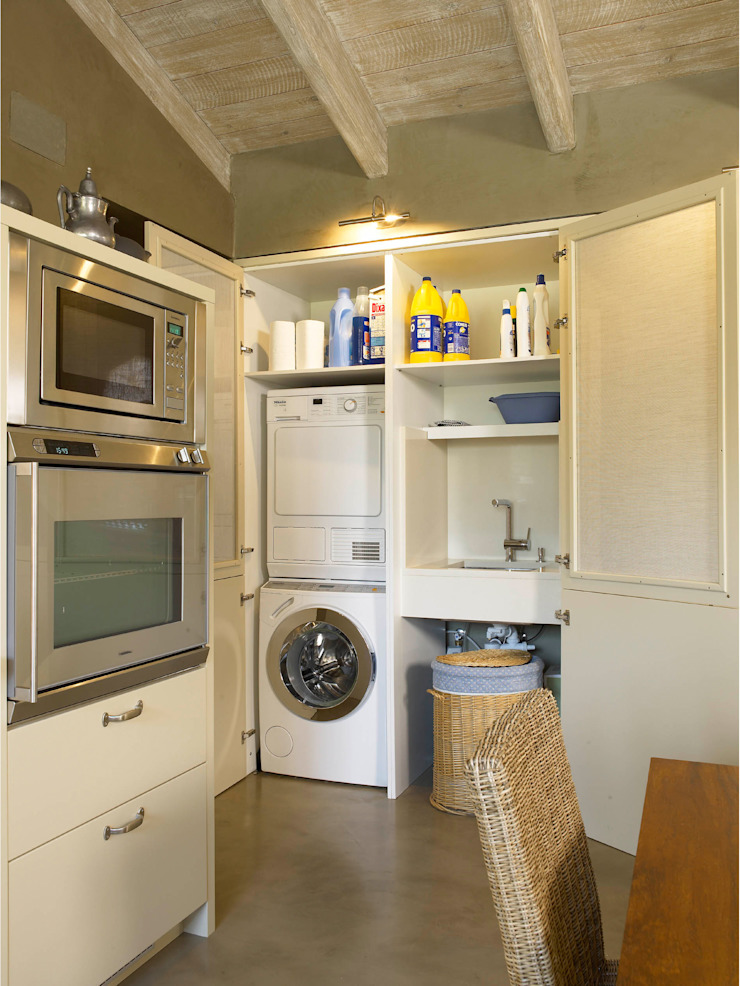 Zona de lavadero camuflada tras el armario Cocinas de estilo rústico de DEULONDER arquitectura domestica Rústico