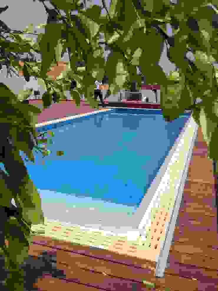 モダンスタイルの プール の Soleo モダン