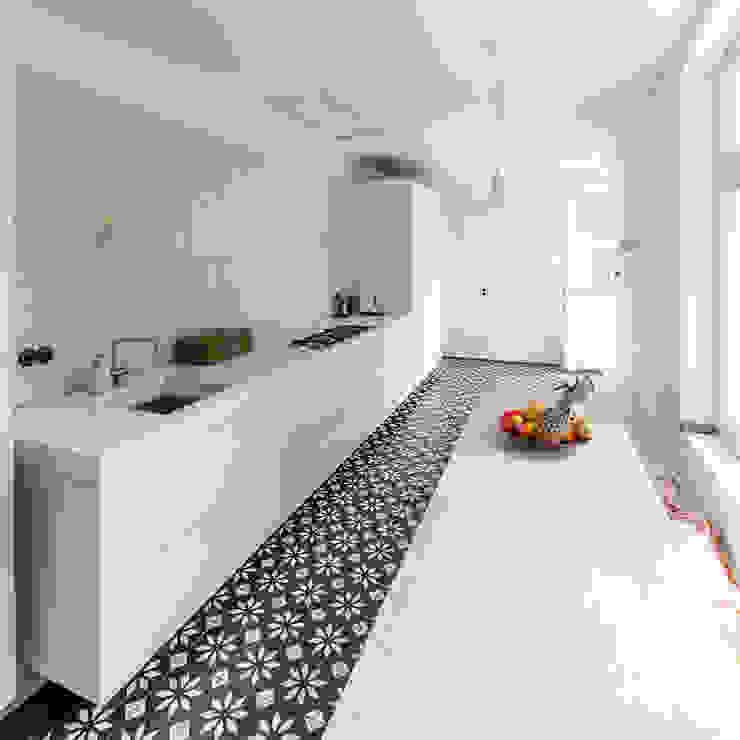 BLACK & WHITE Moderne keukens van ZOOM.INDUSTRIES Modern Tegels