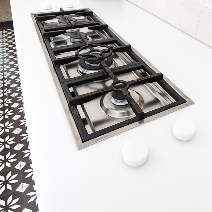 BLACK & WHITE: modern  door ZOOM.INDUSTRIES, Modern Kunststof