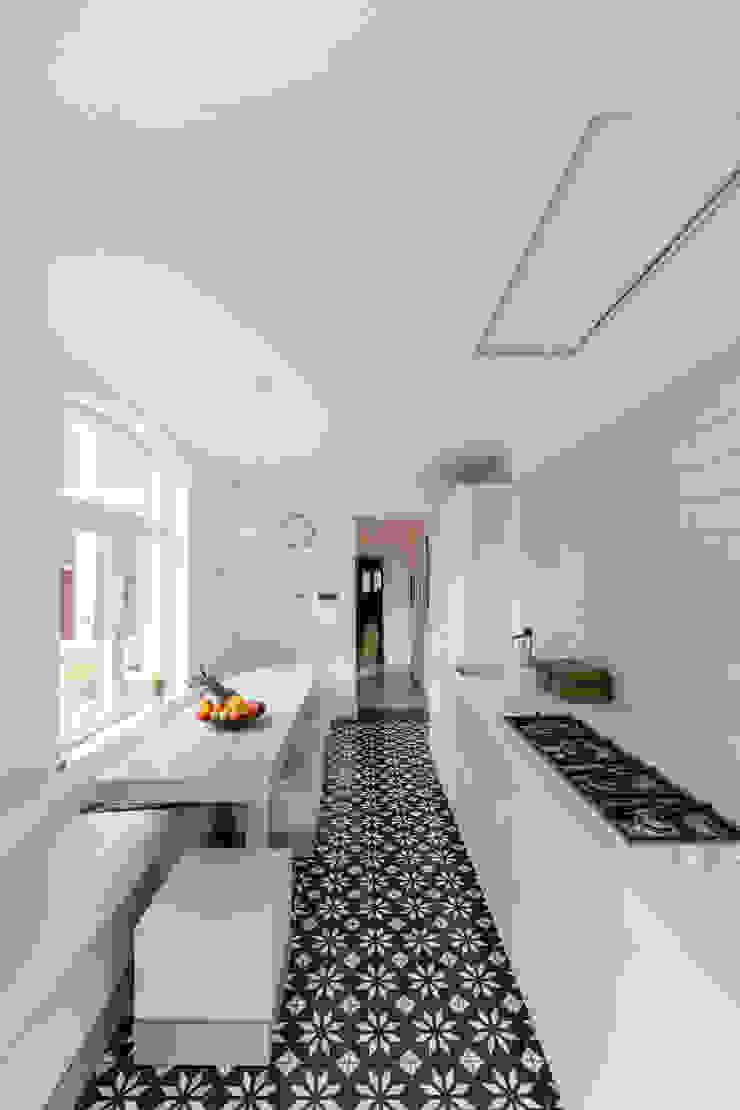 BLACK & WHITE Moderne keukens van ZOOM.INDUSTRIES Modern Kunststof