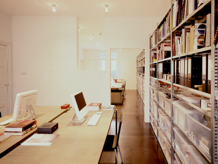Modern Study Room and Home Office by ZOOM.INDUSTRIES Modern
