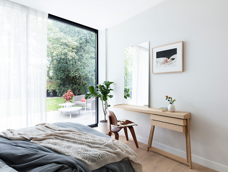 Modern New Home in Hampstead - guest bedroom de Black and Milk | Interior Design | London Moderno