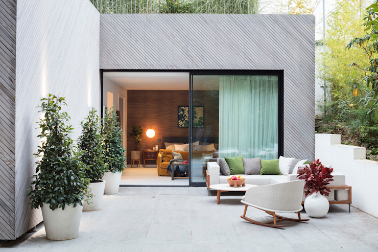 Modern New Home in Hampstead - patio par Black and Milk | Interior Design | London Moderne