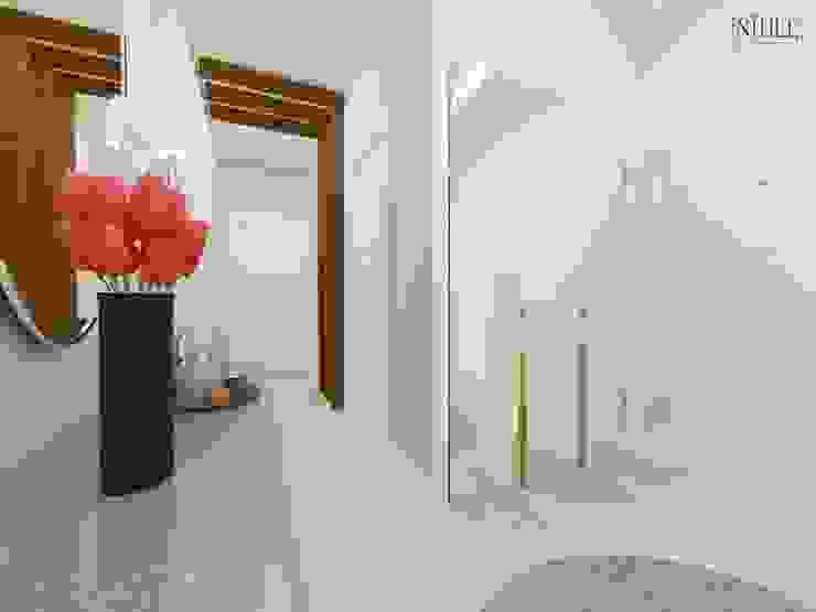 現代風玄關、走廊與階梯 根據 nihle iç mimarlık 現代風