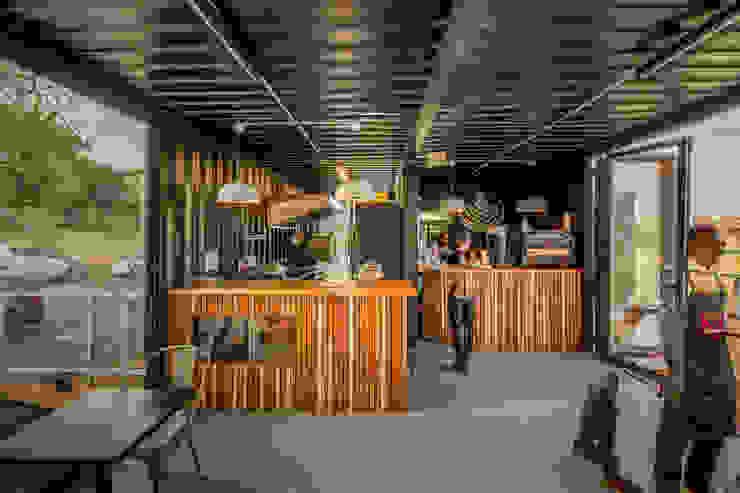 de JSD Interiors Industrial Madera Acabado en madera