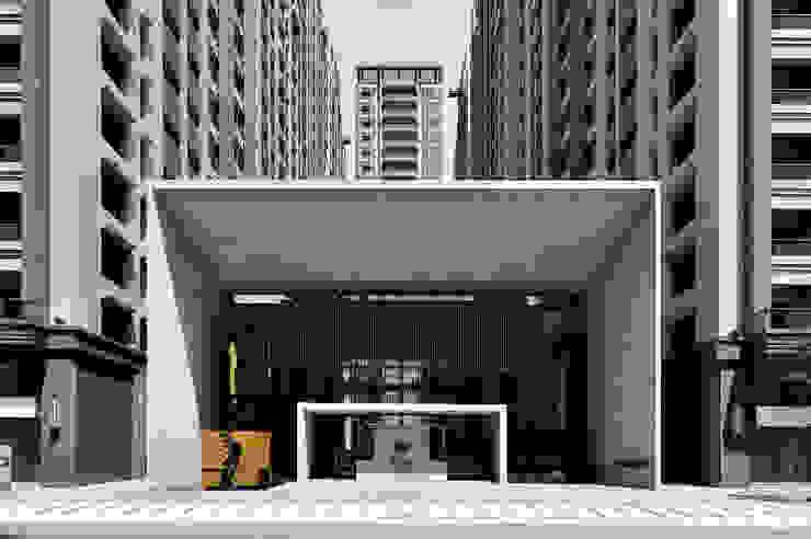 高12.8米寬21.4米的會館西向主入口立面: 現代  by Arcadian Design 冶鑄設計, 現代風