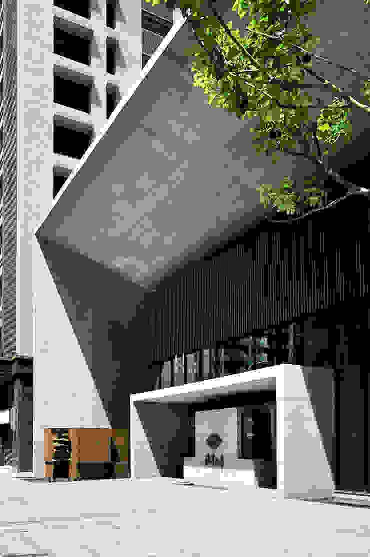 午後的陽光形塑出主入口雕刻般的量體質感: 現代  by Arcadian Design 冶鑄設計, 現代風