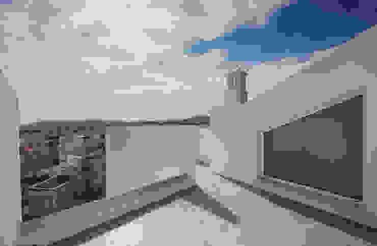 Balcones y terrazas minimalistas de studioarte Minimalista Ladrillos