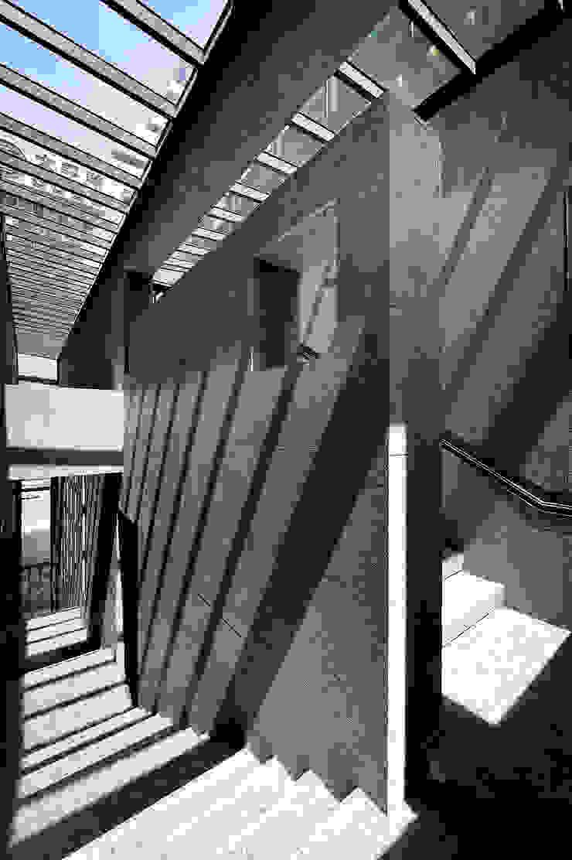 外立面石材延伸至天光投射下的公共梯間: 現代  by Arcadian Design 冶鑄設計, 現代風