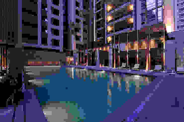 比鄰無邊際泳池畔的上下層湯屋: 現代  by Arcadian Design 冶鑄設計, 現代風