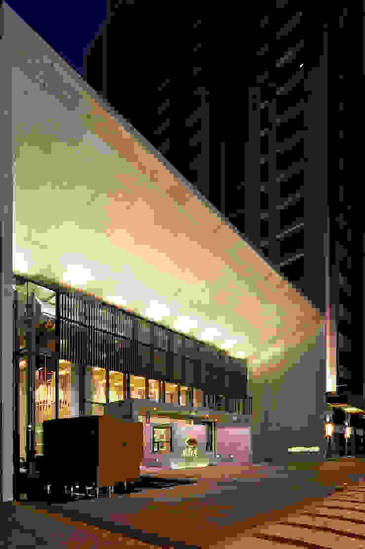 夜間照明洗鍊出會館主入口石材框架之立體層次: 現代  by Arcadian Design 冶鑄設計, 現代風