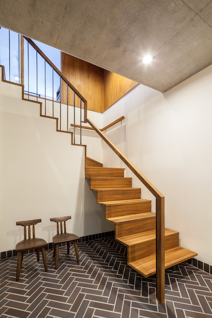 Modern corridor, hallway & stairs by エム・アイ・エー・アーキテクツ有限会社 Modern Wood Wood effect