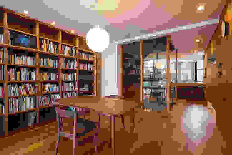 Modern dining room by エム・アイ・エー・アーキテクツ有限会社 Modern Wood Wood effect