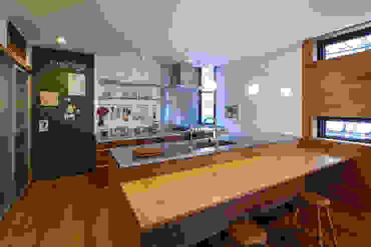 Modern style kitchen by エム・アイ・エー・アーキテクツ有限会社 Modern