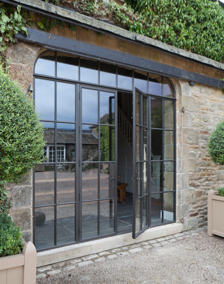 Bronze Screen with Slimline Doors on a Yorkshire Barn Conversion Architectural Bronze Ltd Finestre & PortePorte Rame / Bronzo / Ottone Marrone