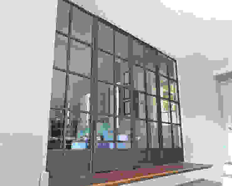 Bronze screen with slimline doors Architectural Bronze Ltd Finestre & PortePorte Rame / Bronzo / Ottone Marrone