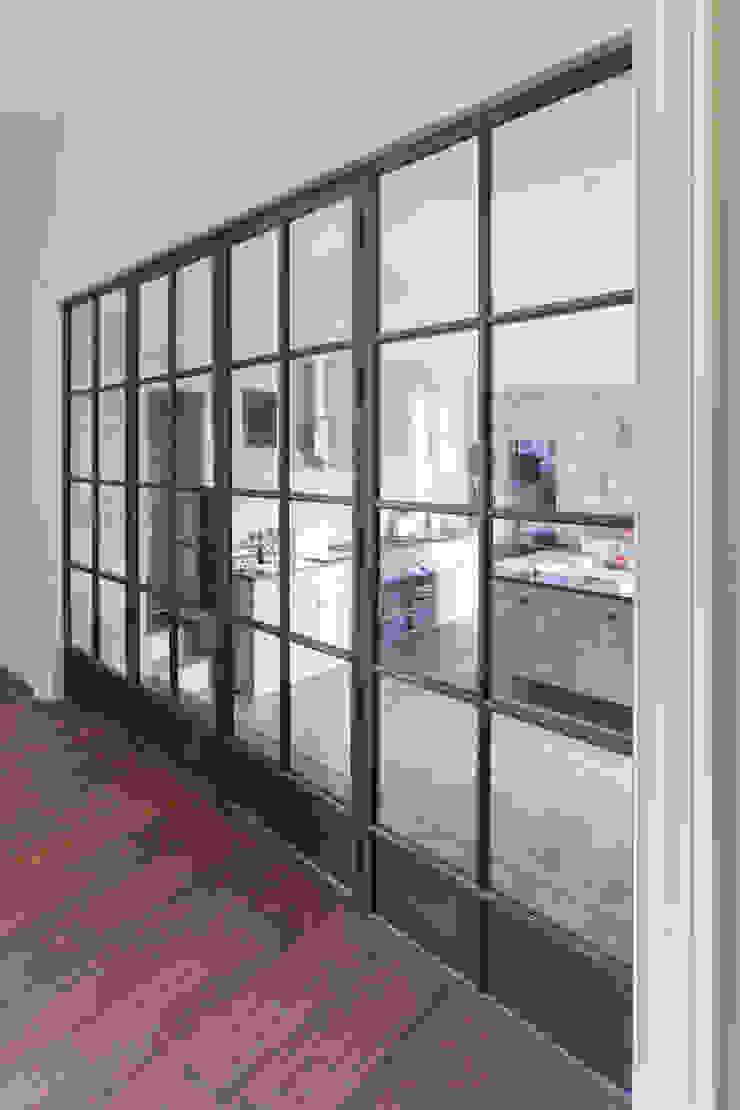 Bronze screen with slimline doors Architectural Bronze Ltd Finestre & PorteFinestre Rame / Bronzo / Ottone Marrone