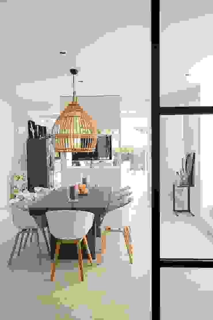 Kitchen table Cozinhas minimalistas por studioarte Minimalista
