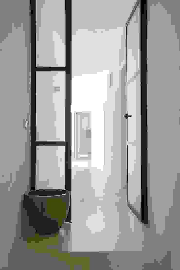 CASA MINHA Corredores, halls e escadas minimalistas por studioarte Minimalista
