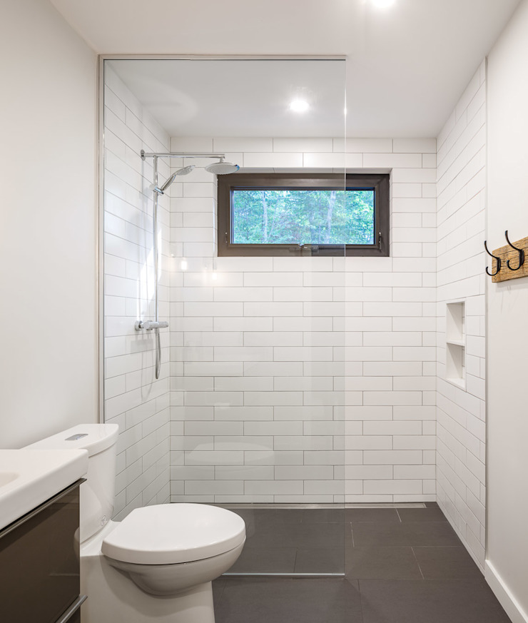 Lac St. Sixte Summer Residence Modern bathroom by Flynn Architect Modern