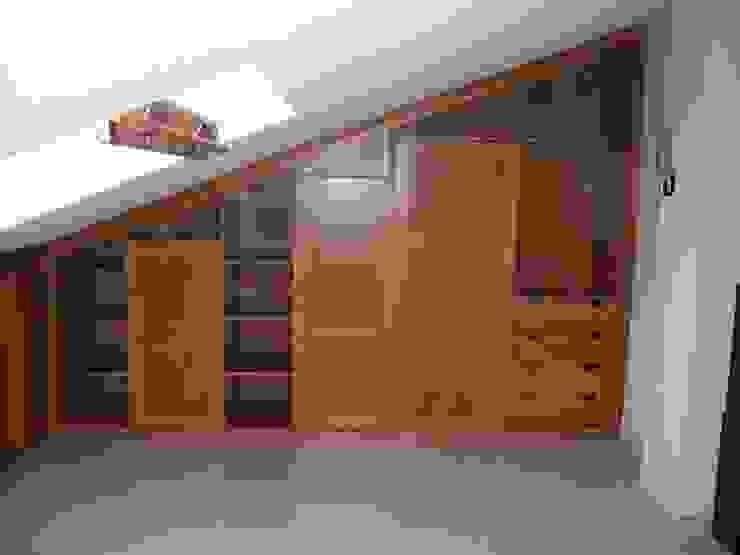 Mueble en buhardilla Closets de estilo ecléctico de la alacena segoviana s.l Ecléctico