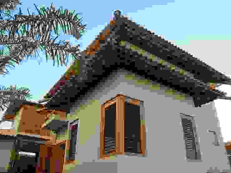 Nhà phong cách mộc mạc bởi Cia de Arquitetura Mộc mạc
