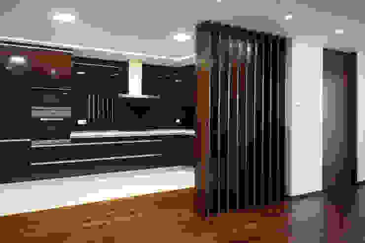 Modern kitchen by Valdemar Coutinho Arquitectos Modern