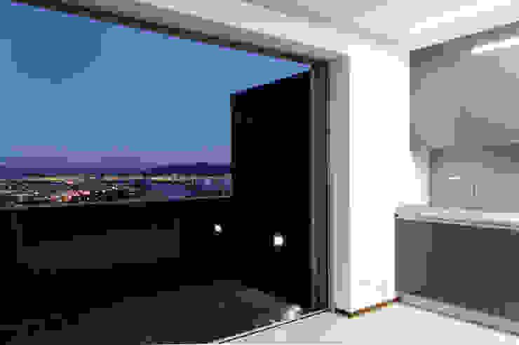 Empreendimento LUZIA VILLAS | Edifício Multifamiliar Varandas, marquises e terraços modernos por Valdemar Coutinho Arquitectos Moderno
