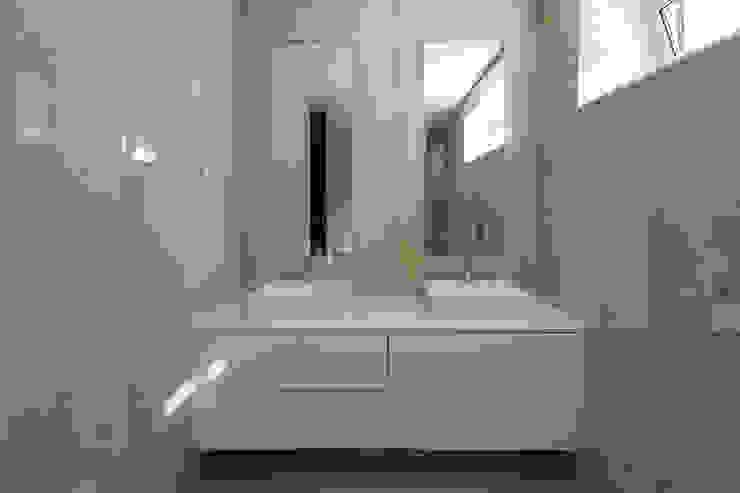 Empreendimento LUZIA VILLAS | Edifício Multifamiliar Casas de banho modernas por Valdemar Coutinho Arquitectos Moderno