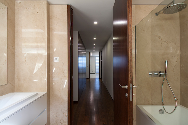 Empreendimento LUZIA VILLAS | Edifício Multifamiliar Corredores, halls e escadas modernos por Valdemar Coutinho Arquitectos Moderno