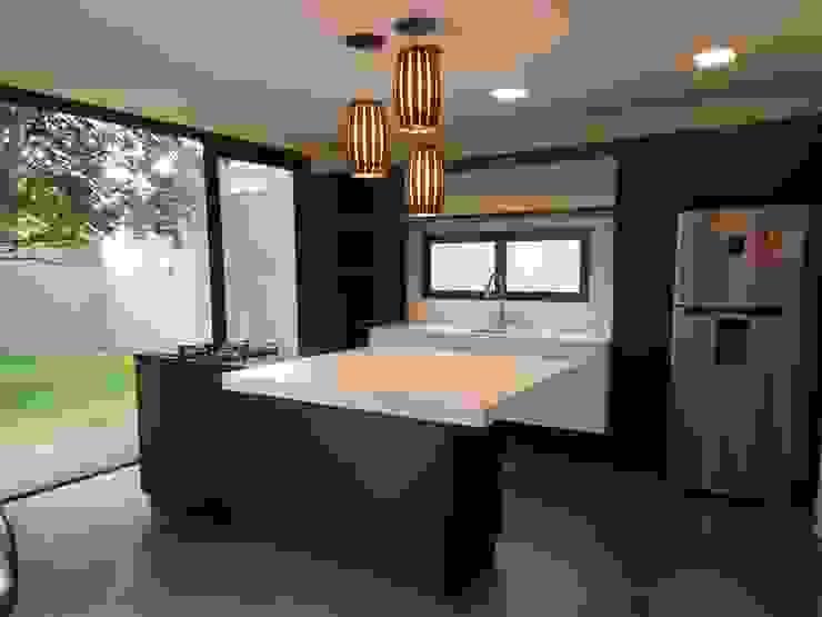Modern kitchen by Cláudia Legonde Modern MDF