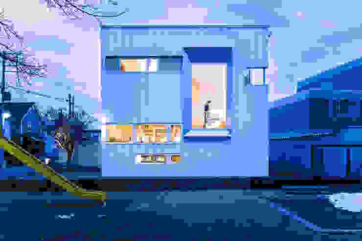 ファサード-3 夕景 一級建築士事務所 Atelier Casa ミニマルな 家 鉄/鋼 白色