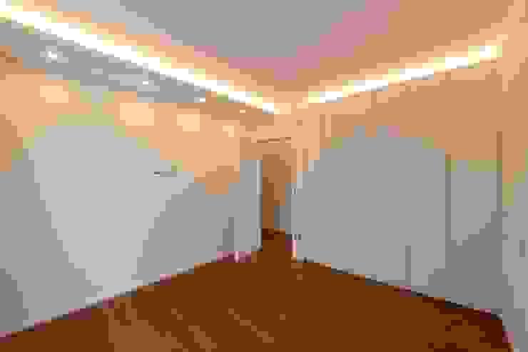 Phòng ngủ phong cách hiện đại bởi yesHome Hiện đại