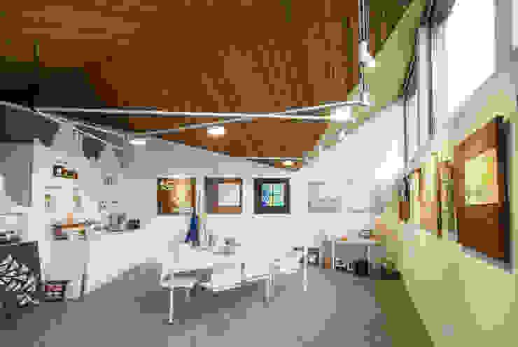 Interieur: Poolhouse / Atelier Moderne mediakamers van [delacourt][vanbeek] Modern