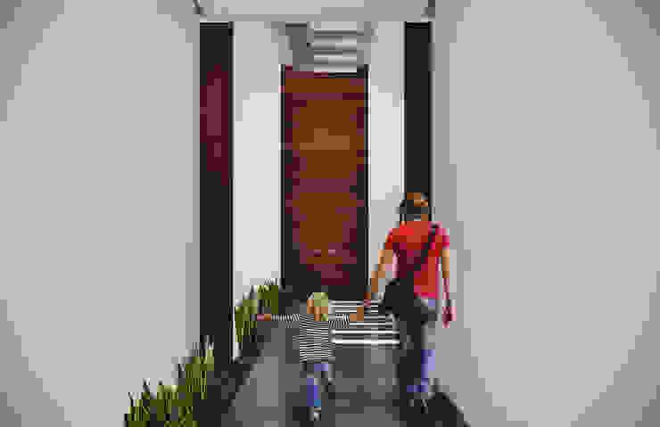 Pasillo: Pasillos y recibidores de estilo  por Estudio Volante