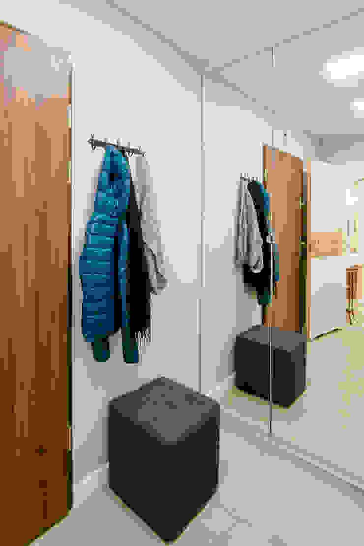 Przytulna kawalerka DreamHouse.info.pl Skandynawski korytarz, przedpokój i schody