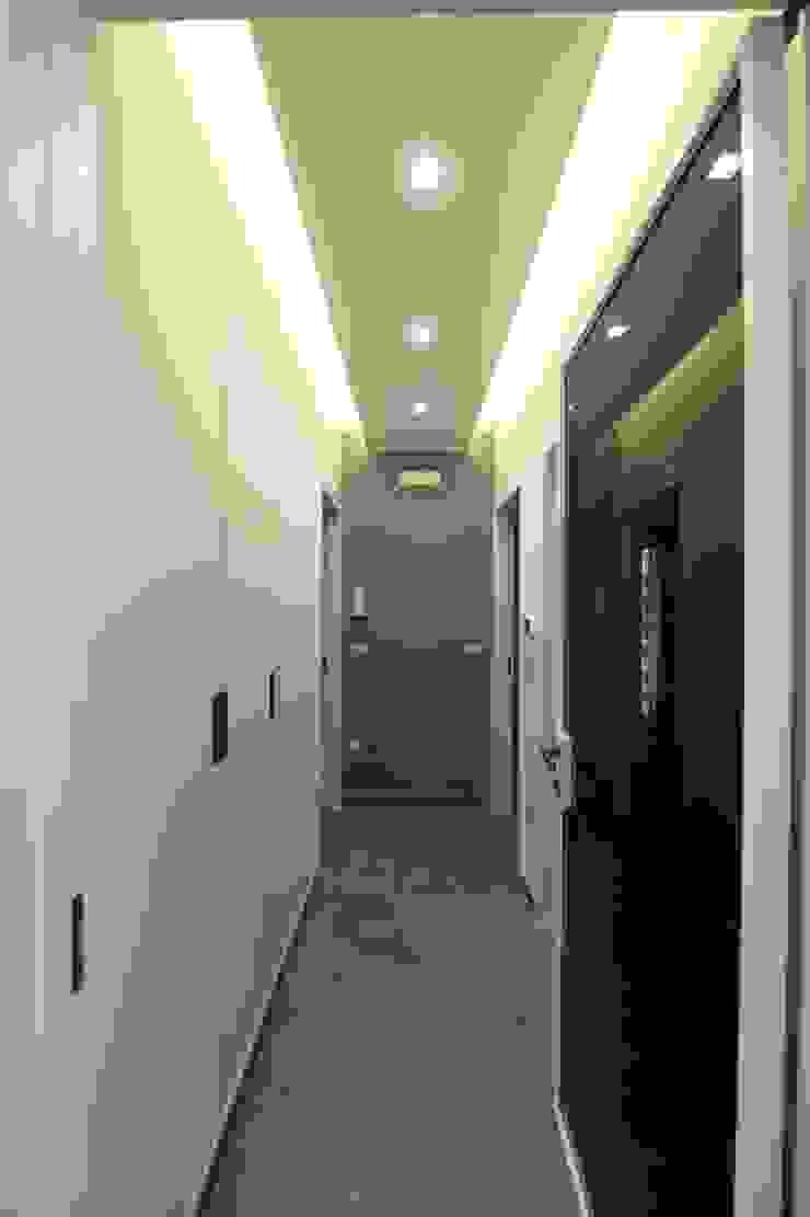 Couloir, entrée, escaliers modernes par yesHome Moderne