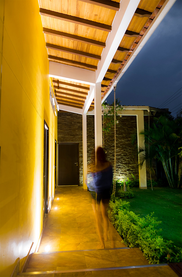 Arquitectura Positiva Tropical style corridor, hallway & stairs
