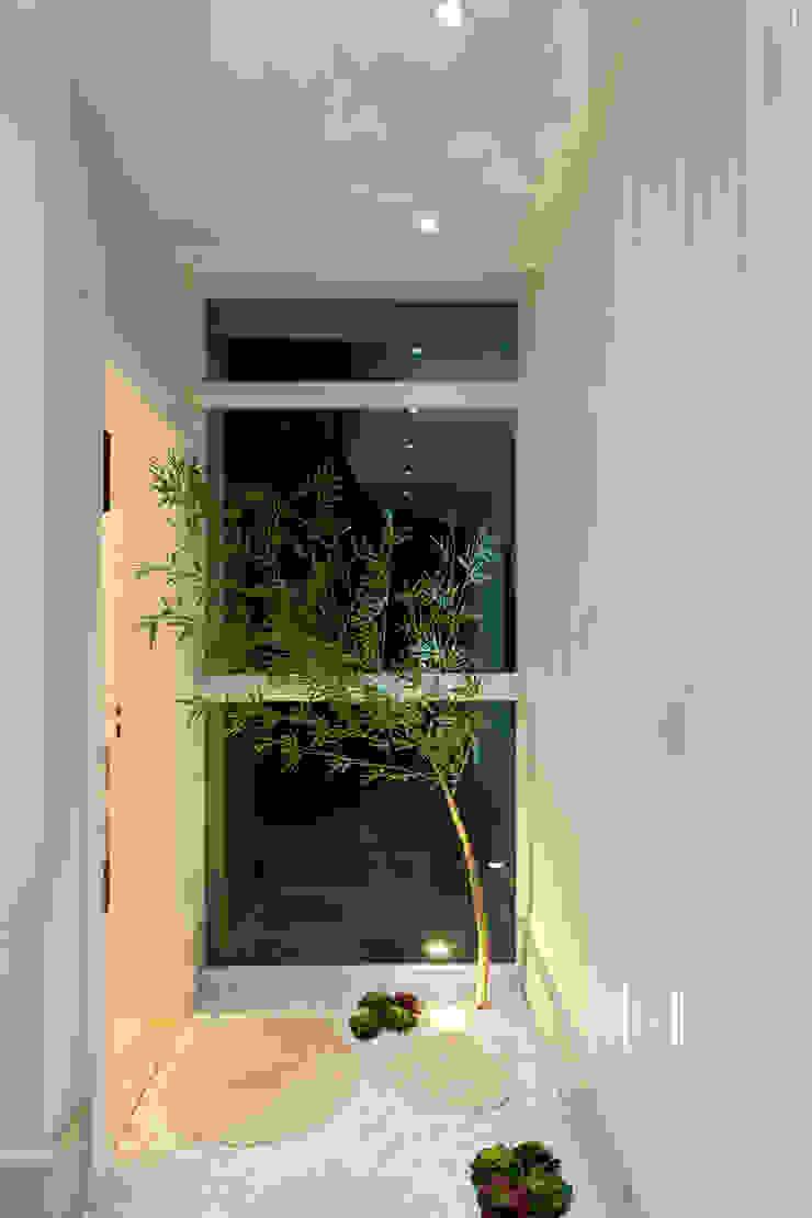 Modern corridor, hallway & stairs by Arquiteto Aquiles Nícolas Kílaris Modern