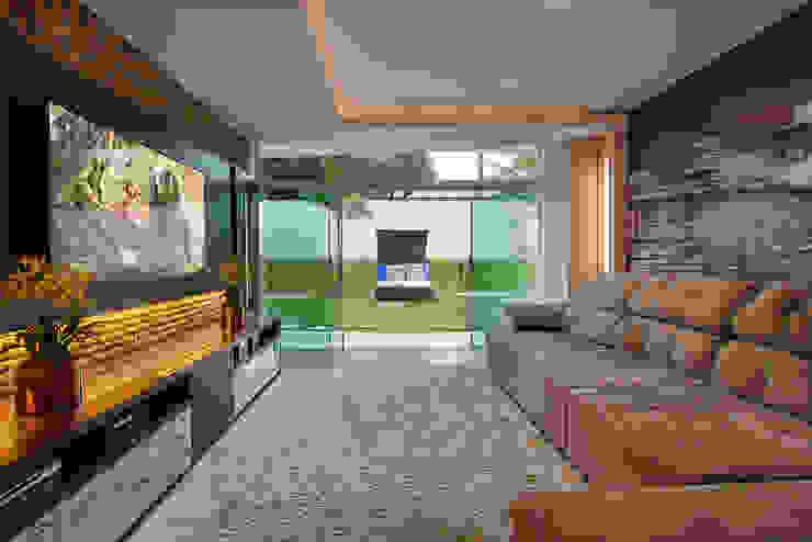 Salle multimédia moderne par Arquiteto Aquiles Nícolas Kílaris Moderne Bois Effet bois
