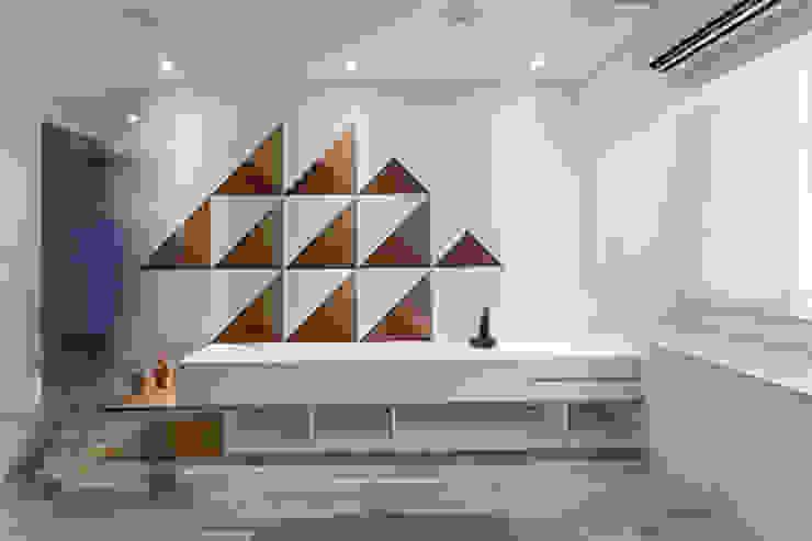 三角和諧 现代客厅設計點子、靈感 & 圖片 根據 大晴設計有限公司 現代風