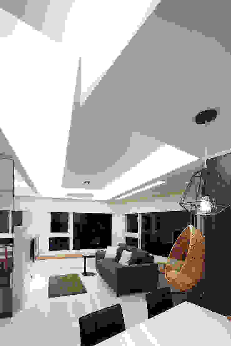 流光 现代客厅設計點子、靈感 & 圖片 根據 大晴設計有限公司 現代風