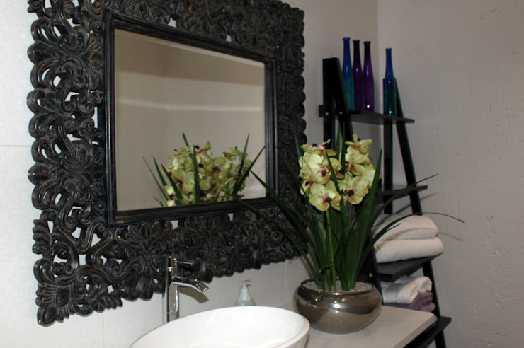 Bathroom Mirror and Vanity: classic  by Inside Out Interiors, Classic