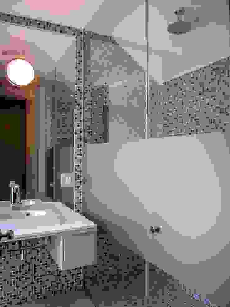 Guest Bathroom Modern bathroom by WHO DID IT Modern Tiles