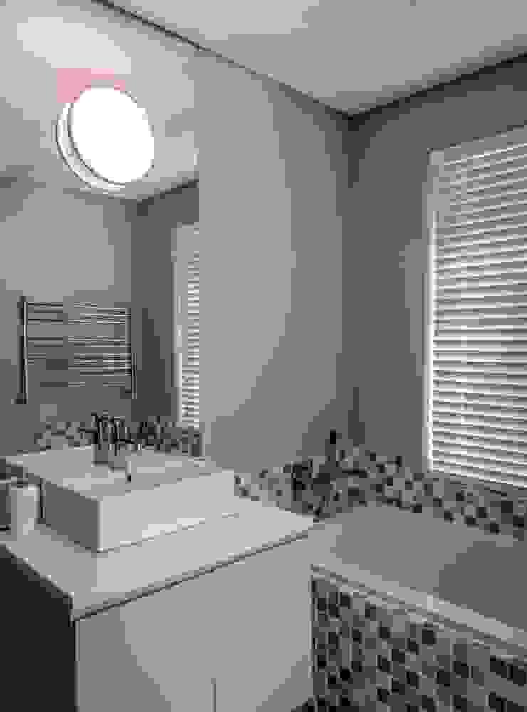 Cottage Bathroom Modern bathroom by WHO DID IT Modern