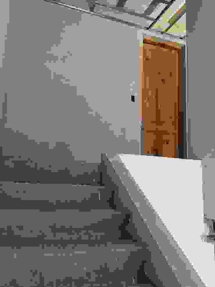 Case moderne di TORRETTA KESSLER Arquitectos Moderno Laterizio