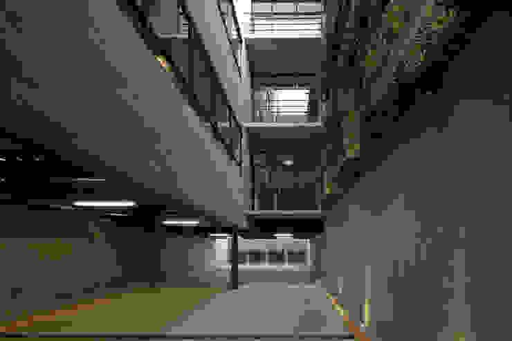 P49 Garajes modernos de Taller Plan A Moderno
