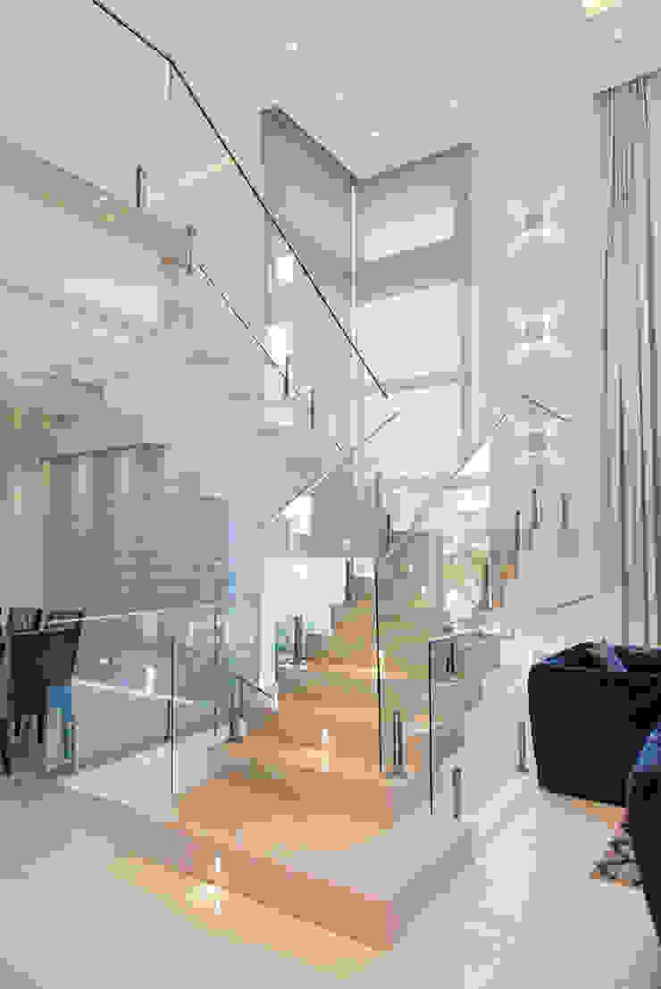 Escada Corredores, halls e escadas modernos por ANDRÉ PACHECO ARQUITETURA Moderno